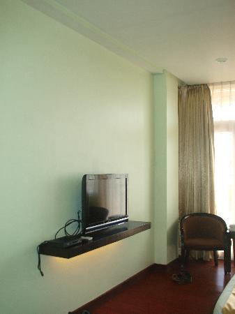 San Remigio Pensionne Suites: They use Cignal, and dont ahve many channels on the TV