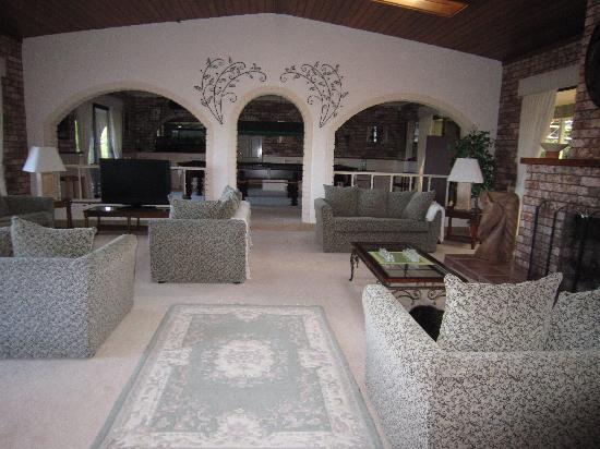Batemans Bay Manor - Bed and Breakfast: The Comfy Lounge area
