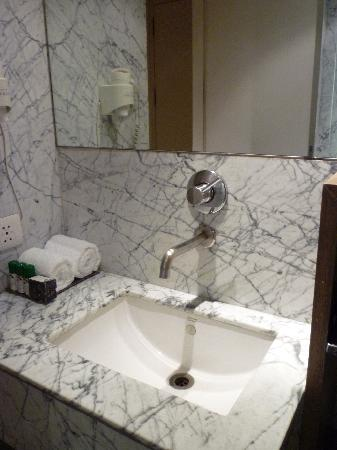 Hotel Palace Heights: Marble bathroom, lovely toiletries