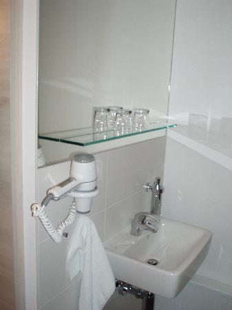 Fjord Hotel Berlin: Håndvask på basic room