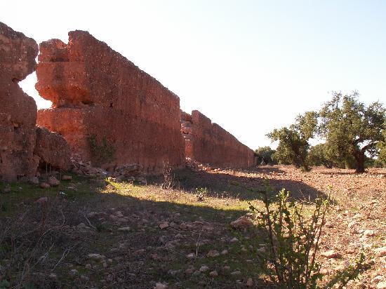 Ecotourisme et Randonnées: L'aqueduc menant à l'ancien réservoir