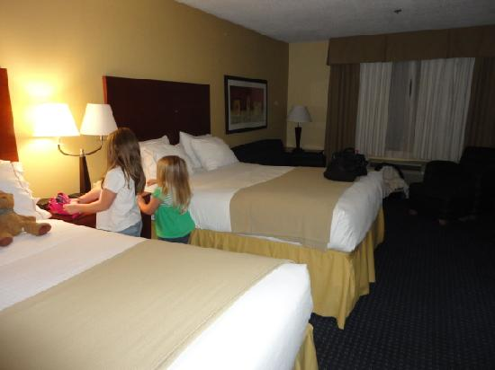 Holiday Inn Express Anniston / Oxford: two queen beds