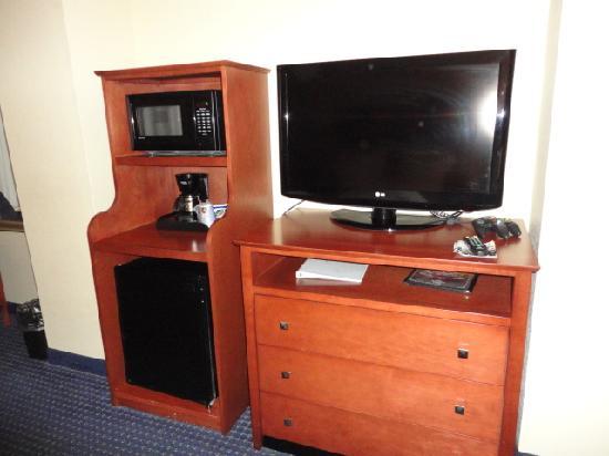 Holiday Inn Express Anniston / Oxford: flat screen tv/fridge/micr