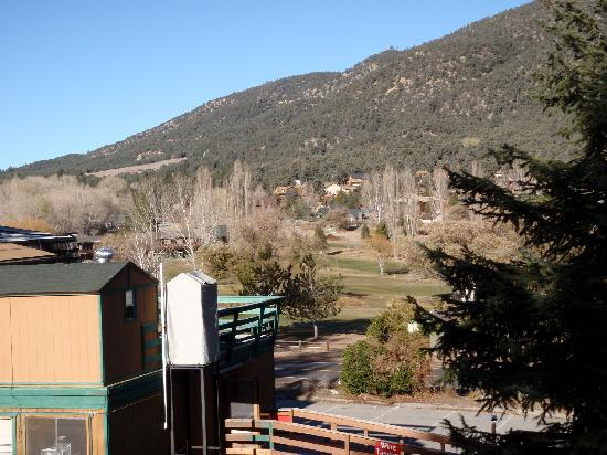 Pine Mountain Hotel: View from front deck of Pine Mtn. Club resort