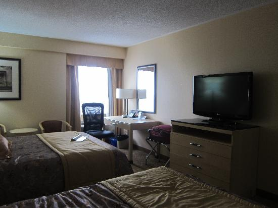 Monte Carlo Inn & Suites Downtown Markham: TV and desk area