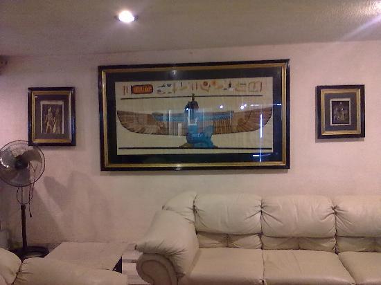 Hotel Joy Suites: Un gran papiro.... me persiguen