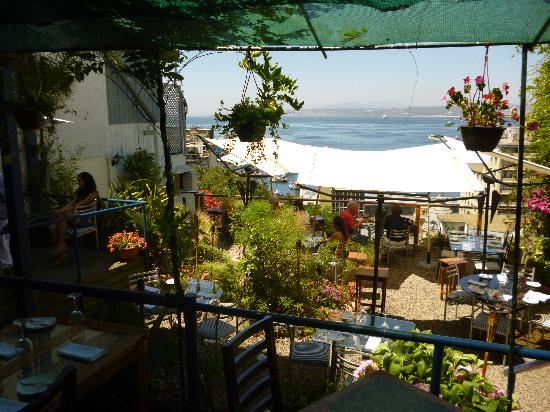 Restaurant La Concepcion: The beautiful garden with a great view of Valpo and the sea