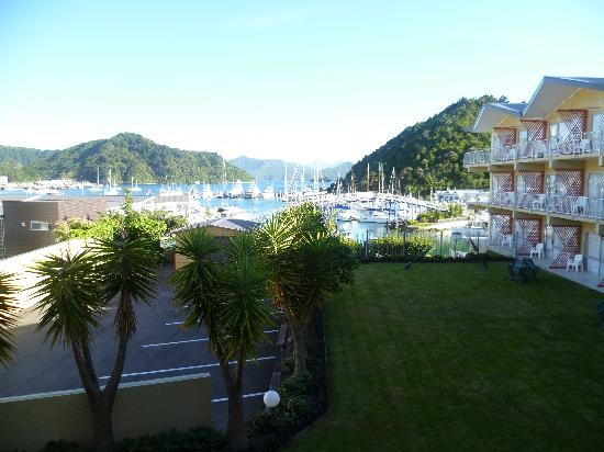Picton Beachcomber Inn: Great view. Rooms to the right are the cheaper ones. Building to left is 'Mercure' Apartments.