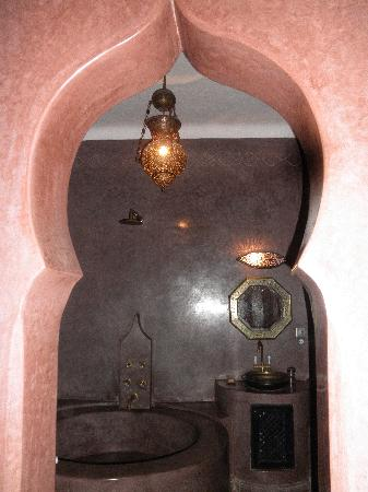 Riad Meriem : Looking from Red room into bathroom