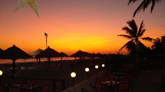 Crowne Plaza Resort Salalah : twilight view of beach after sun set