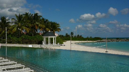 Grand Lucayan, Bahamas: Infinity pool at east end of property