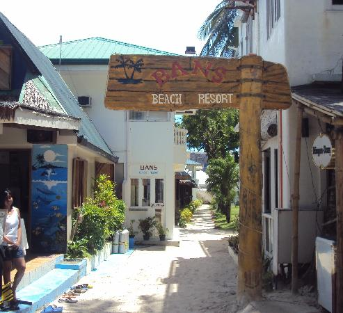 Bans Beach Resort: entrance to bans