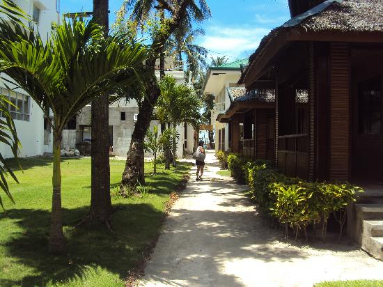 Bans Beach Resort: walkway to the cottages