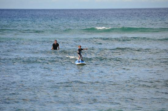 Paia, Hawái: My five year old son surfing with Zack