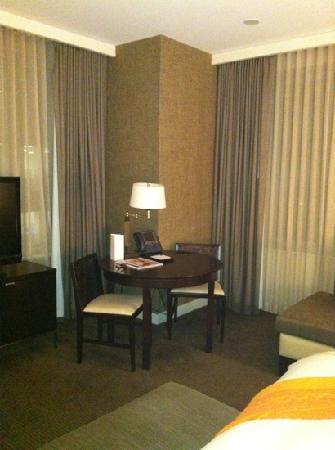 Hotel Arista: Corner King Bedroom