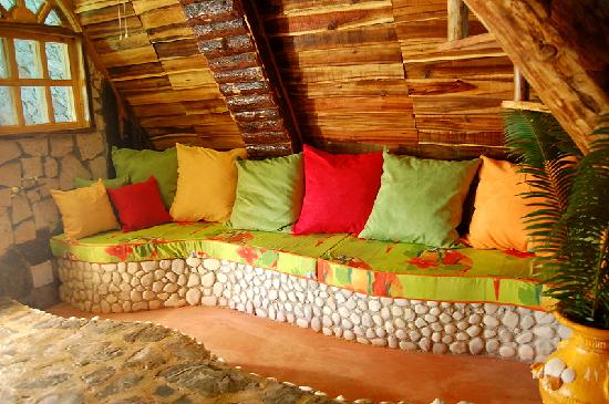 Chalet Tropical Village: Chalet Tropical : an explosive tropical mix of coulors, wood and stones!
