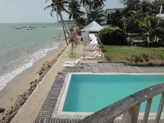 Villa Nalinnadda: No beach in front of the hotel