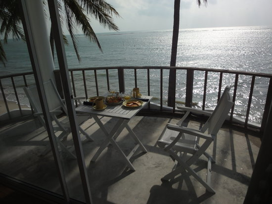 Villa Nalinnadda: Breakfast at the balcony next to the ocean - isn't it cool?