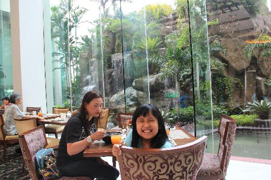Diamond Hotel Philippines : restaurant beside the pool area