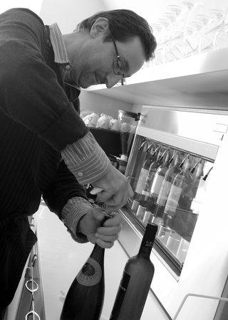 Wine Bar L'Uva e Mezza: Wine Dispenser #2