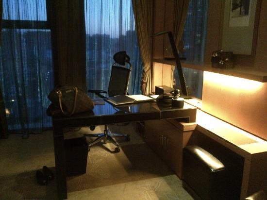 Sofitel Wanda Beijing: Desk In Bedroom