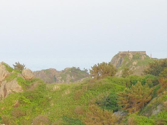Ashigezaki Lookout: 右の方の円形の構造物が葦毛崎展望台
