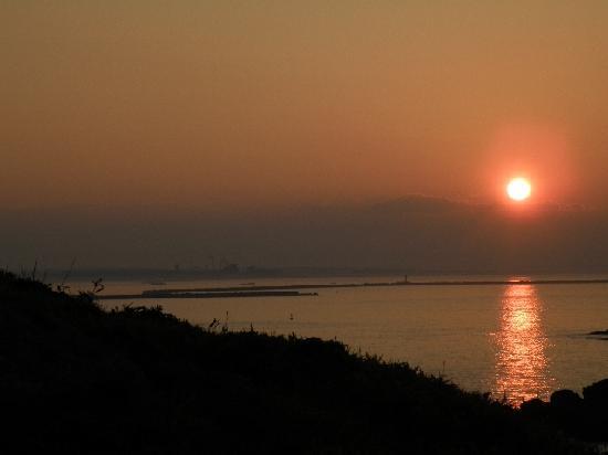 Ashigezaki Lookout: マイルポストあたりから八戸港に沈む夕陽