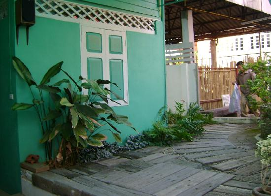 R-Lampang Guest House: lovely paint job and landscaping