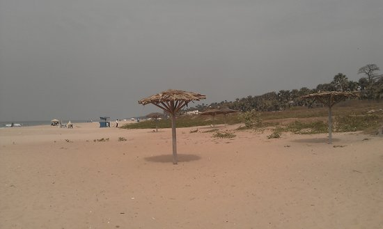 Golden Beach Hotel: About a mile of untouched beach... untouche by a beach bed or café!