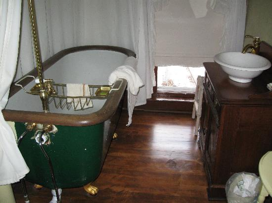 White Swan Inn Bed & Breakfast: Claw Foot Tub