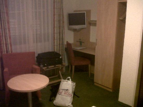 Hotel Restaurant Buchserhof: the desk and TV