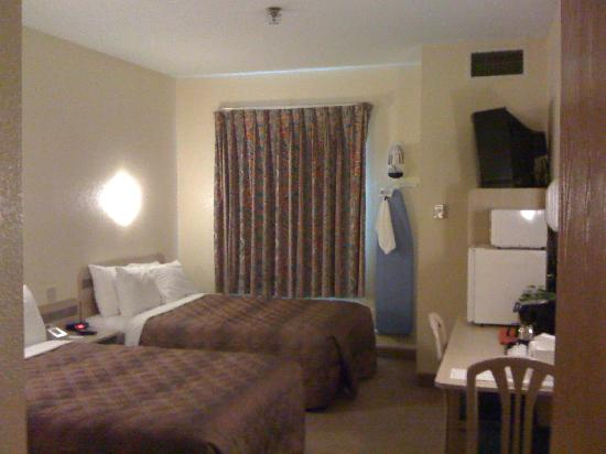 Econo Lodge: Compact room with everything you need.