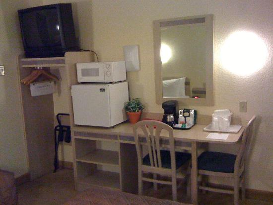 Econo Lodge: Sturdy wooden furniture including desk and chairs.