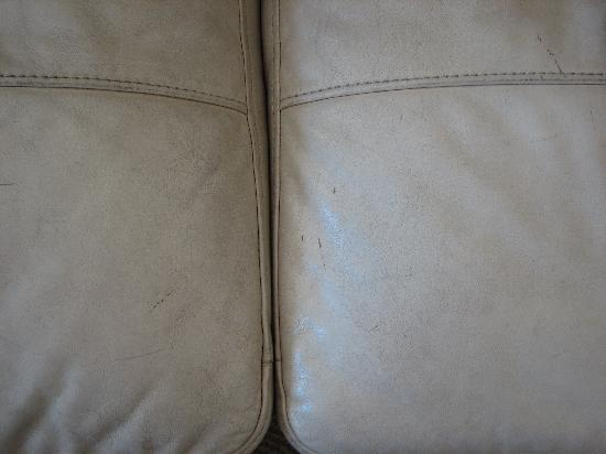 Briquet Cottages : Dirty leather settee