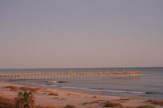 ‪ذا أيلاندر إن: Ocean Isle Pier from Balcony‬