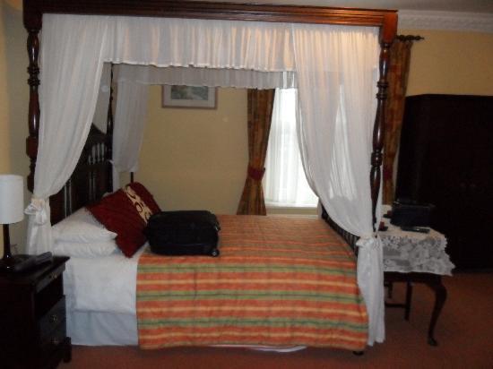 Oak Tree Inn : Four poster bed in room 6