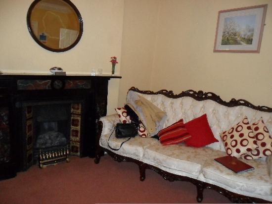 Oak Tree Inn : Lovely Sofa in Room 6