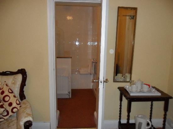 Oak Tree Inn : Large bathroom in room 6