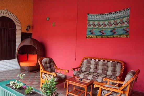 Hostal El Momento: Garden Lounge