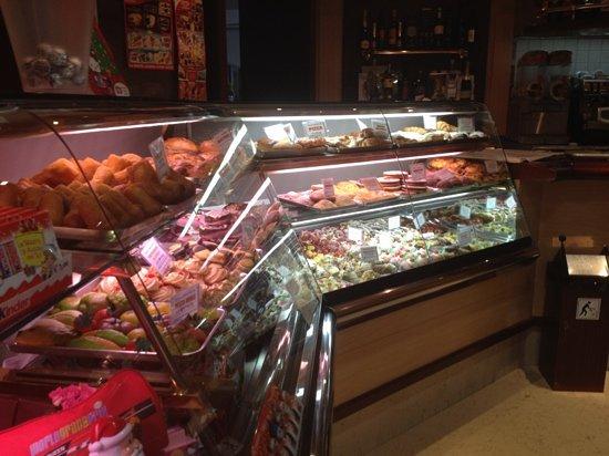 Paceco, Italia: vetrina bancone alcuni dolci tipici