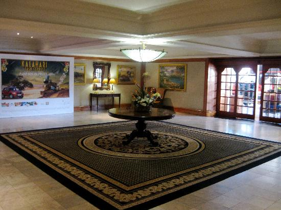 AVANI Gaborone Resort & Casino : Front Section of the Lobby by the Hotel Entrance