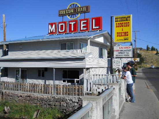 Oregon Trail Motel: The Powder River runs alongside the hotel.