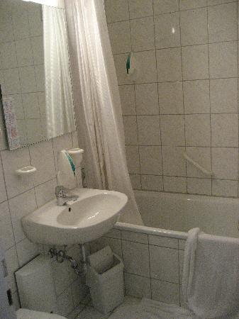 Panorama Inn Hotel And Boardinghaus: Sauberes Bad mit vielen Ablagemöglichkeiten