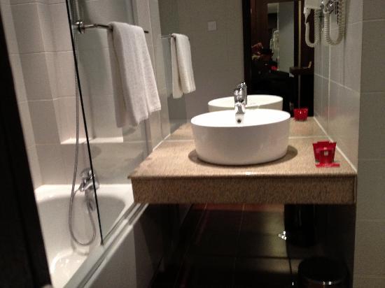Metropolitan Hotel Sofia: hotel bathroom
