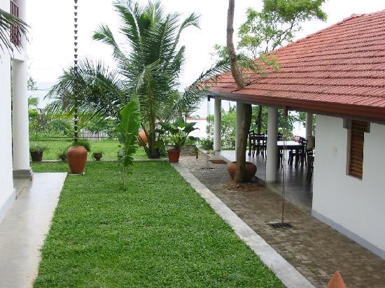 มูนสโตน วิลลาส์: View from the verandah