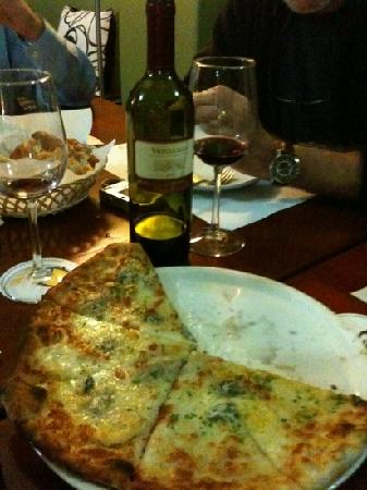 Cafe Bistrot Epicuro : pizza and wine