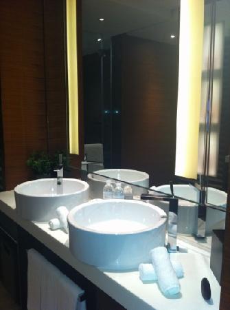 The Langham Shanghai Xintiandi: room bathroom