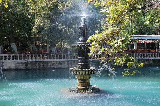Sanliurfa, Türkei: Fountain at the Ayn Zeliha Golu