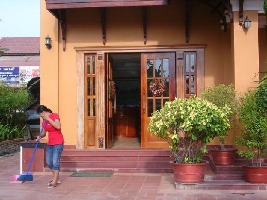 Siem Reap Niche Hotel: ホテル玄関、掃除中