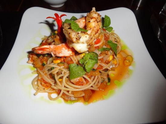 AHA Wine Bar Restaurant: Spaghetti aux crevettes géantes, sauce au maïs et courgette